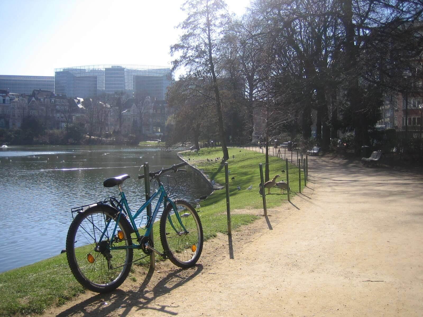 Fietsen binnenkort ook toegelaten in de parken van Brussel Stad