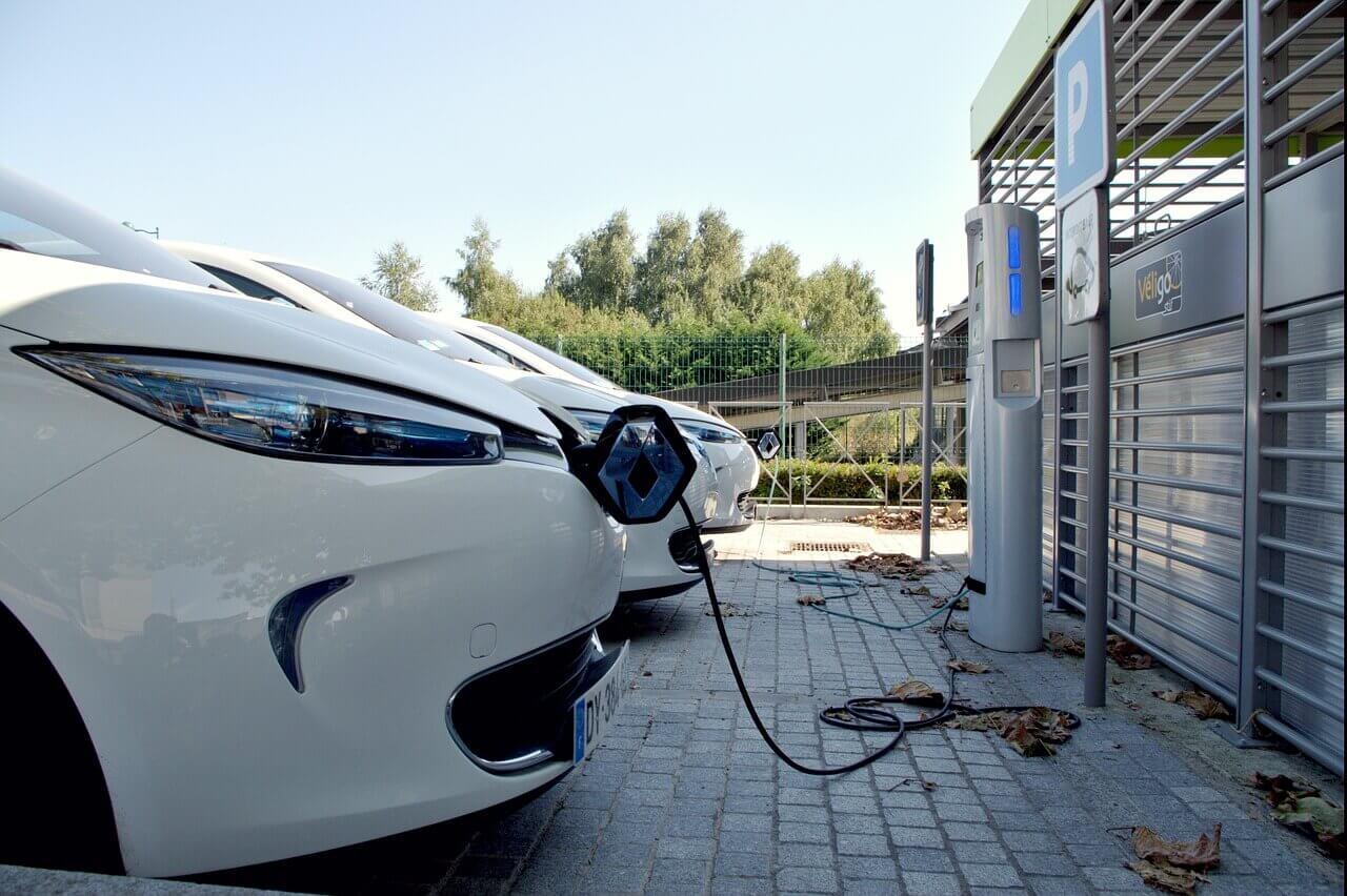 Pour améliorer la qualité de l'air, la Ville adapte les permissions de voirie pour les voitures électriques