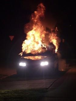 De openbare ruimte en uitgebrande wagens...