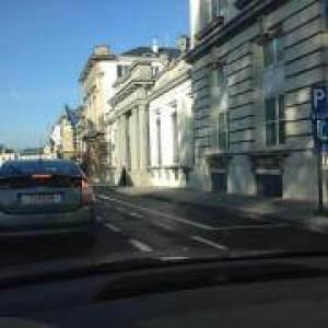 Nieuwe files in Wetstraat door extra parkeerplaatsen politici